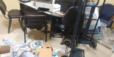 Desorden. Una de las oficinas santacruceñas donde los vándalos ingresaron para llevarse información.