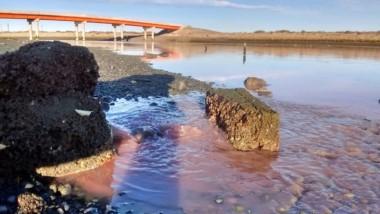 Preocupante. Una postal del caño arrojando un chorro de desechos en el río a metros del nuevo puente.