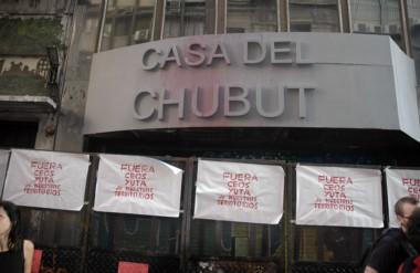 Pintura y carteles. Los grupos de protesta en Capital Federal se manifestaron de mala forma por Leleque.