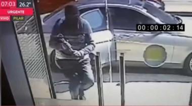 Espectacular robo al Banco Industrial. En apenas 30 segundos,  dos ladrones rompieron el blindex de entrada y se llevaron $ 750.000.
