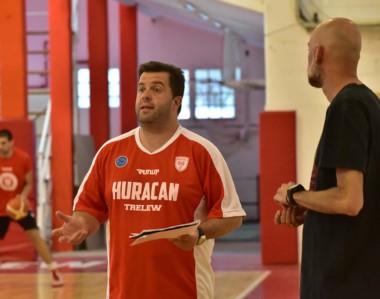 Cristian Santander en la práctica de Huracán. El entrenador dirigirá su primer partido oficial con el equipo.