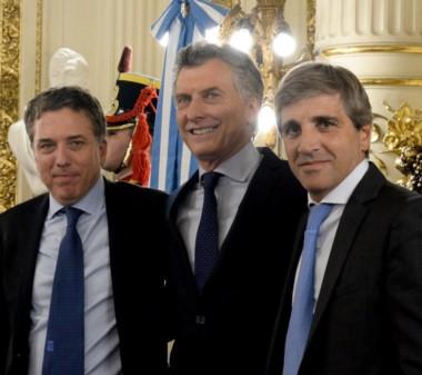 Macri junto a los ministros de Hacienda, Nicolás Dujovne, y de Finanzas, Luis Caputo.
