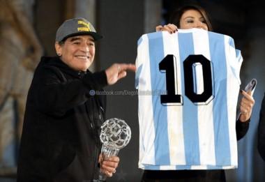 Maradona fue premiado por la Federación Italiana y pasó a tener su lugar en el Salón de la Fama del Calcio.