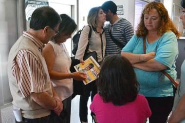 """Los padres de Gustavo """"Rocko"""" López mirando, ayer, una foto de su hijo en los pasillos de los tribunales."""