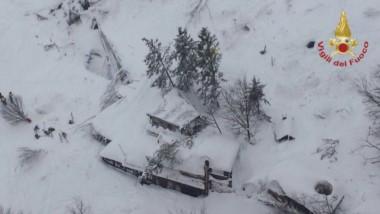 Producto de los 4 terremotos de ayer en Italia, un alud de nieve sepultó el hotel Rigopiano dejando más de 30 desaparecidos.