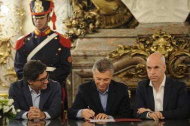 El presidente estampa su firma, junto a Rodríguez Larreta y el ministro de Justicia Germán Garavano.