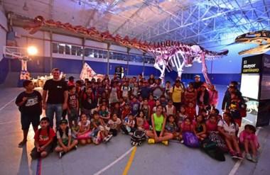 Los chicos que asisten a las Colonias de vacaciones tuvieron oportunidad de conocer al mega dinosaurio.