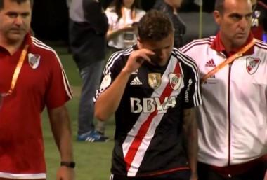 Denis Rodríguez se va llorando del campo de juego, abrazado por el kinesiólogo Confalonieri.