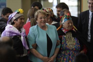 La Presidenta Bachelet en una de sus visitas a la Araucanía (foto emol.cl)