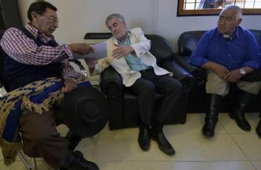 Encuentro. Das Neves recibe el texto de los mapuches que ya se habían expresado públicamente en Jornada.