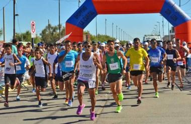 ¡Ya largaron! Alrededor de 160 atletas entre chicos y adultos corrieron ayer bajo el calor de Playa Unión.