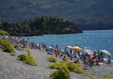 La elección de la mayoría es instalarse sobre las costas del lago para tomar sol, darse un chapuzón y desarrollar deportes acuáticos.