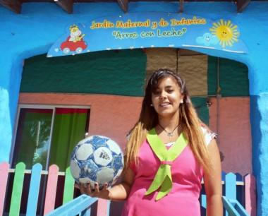 """Bibiana Sabalza, lateral por izquierda,  juega en La Ribera y  es maestra jardinera en """"Arroz con Leche"""", establecimiento ubicado en  Playa Unión."""