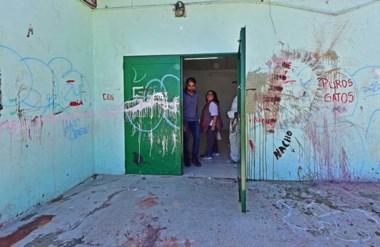 El establecimiento educativo amaneció ayer con roturas y daños realizados por manos anónimas.