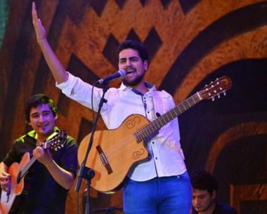 Yoel Hernández dio un vibrante espectáculo de música patagónica en el escenario principal de Cosquín.