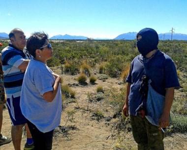 Saludo. La diputada Navarro dialogó con un activista mapuche para saber su postura con el conflicto.