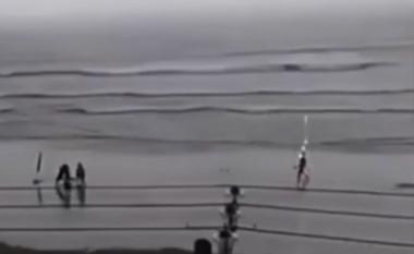Captura del vídeo que muestra el momento exacto que el rayo pega en la cabeza de la turista (derecha).