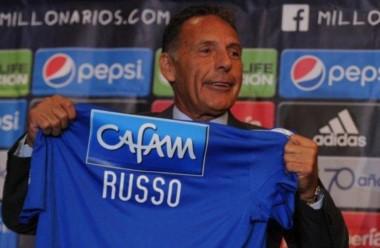 Miguel Ángel Russo posando con la camiseta de Millonarios, en su presentación.