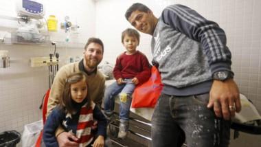 Lionel Messi visitó un hospital de niños con el Barcelona y tuvo un gesto con un ex campeón del mundo.