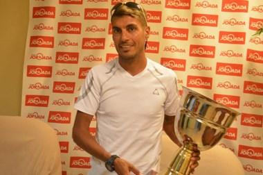 Gerardo Haro posa en Jornada con el trofeo que lo acredita como el último integrante del podio.