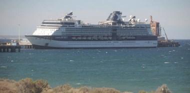 La majestuosidad del buque comenzó a apreciarse con la salida del sol ,dado que en las primeras horas llegó al puerto de la ciudad de Madryn.