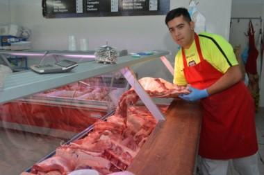 El referí carnicero afila las tarjetas y el banderín. Kevin Giménez trabaja en un establecimiento en Trelew.