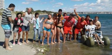 Disfrutando de la playa y el verano. Son más de 20 los que participan de la Colonia Accesible, un espacio para personas con discapacidad.