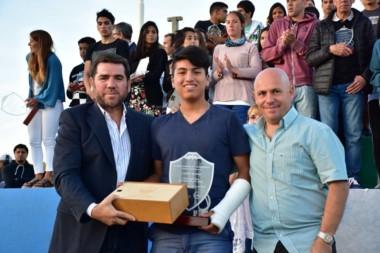 Gabriel Mamani, que se recupera de una lesión en su ciudad, recibió el reconocimiento de parte de Ricardo Sastre y Walter Ñonquepán.
