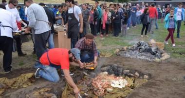 """El curanto solidario tuvo una gran respuesta en el inicio de """"Sabor Mapuche""""."""