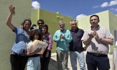 """Con las familias adjudicatarias. Das Neves Anunció que """"se van a  construir muchas viviendas en Chubut""""."""