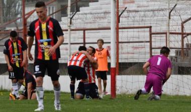 Jara celebra su gol, el segundo de Racing, en la victoria ante Cruz del Sur, en Trelew.