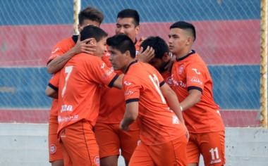 Todos los abrazos para Gonzalo Gho, que convirtió un doblete. (Foto: Gustavo García).