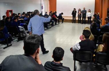 Cara a cara. D`Horta defendió su situación frente a la comitiva del Ministerio de Educación en Madryn.