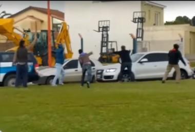 Instante en el que un grupo de personas ataca a huevazos el auto que trasladaba al presidente Macri.