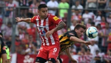 Bieler, autor del gol de San Martín, pelea en las alturas.