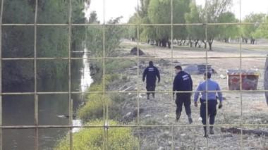 Bomberos y policías trabajaron ayer durante más de 12 horas. (Foto: César Izza-Diario Río Negro)