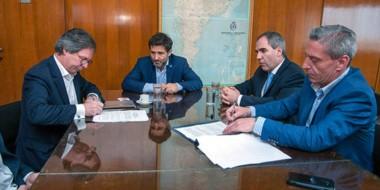 """Ponen la firma. Arcioni aseguró que con los recursos se brinda un horizonte de """"estabilidad"""" para Chubut."""