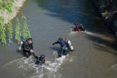 Esta mañana, el operativo de búsqueda se retomó sobre el desagüe. (Foto:  Rio Negro).