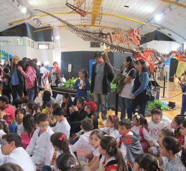 La muestra reunió actividades educativas y módulos vinculados a la química, la paleontología y demás ciencias.