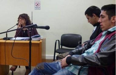 Aldo camarda y Maximiliano Brizuela escuchando ayer la resolución de la magistrada comodorense.