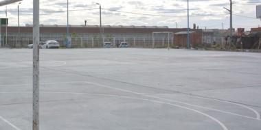 El playón deportivo de la escuela del barrio Moreira habría sido el lugar donde la niña fue abusada.