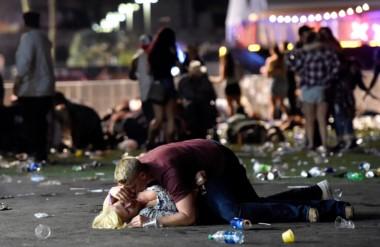 Un joven consuela a una mujer herida en el suelo, una de las imágenes más vistas en los portales de noticias.