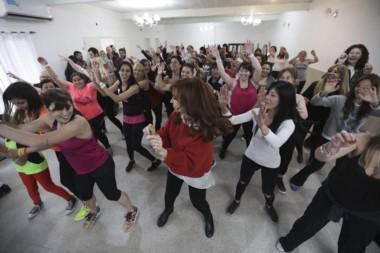 Cristina Kirchner se dio el gusto de bailar zumba junto a un grupo de vecinas durante su recorrida de este lunes por San Martín.