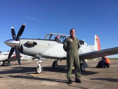 Los primeros cuatro Beechcraft T-6C Texan II junto a uno de los pilotos argentinos que los trajeron desde Estados Unidos. (Gentileza: Fuerza Aérea Argentina).