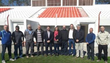 Dupont, gerente comercial de la UAR (3ro desde la der.) y Morena Abad, prensa, junto a autoridades de a Unión, el intendente Maderna y el pte. de Chubut Deportes Ñonquepán.