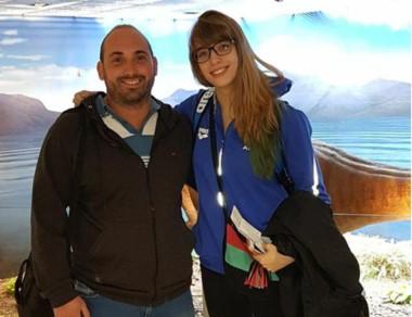 El entrenador Facundo Vila con Julieta Lema en el aeropuerto de Trelew.