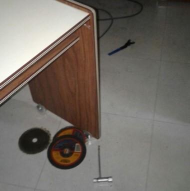 Las herramientas que los ladrones dejaron abandonadas ayer.