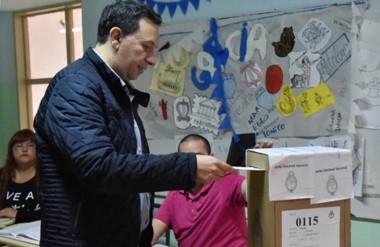 Sufragó. E l intendente Maderna votó y prometió que desde hoy se limpian todos los carteles.