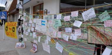 En la esquina de 25 de Mayo y San Martín, donde está el Tribunal Federal, dejaron afiches pegados en los vidrios y paredes de la puerta de acceso.