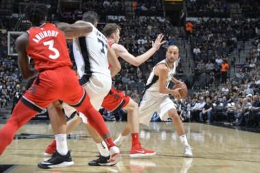Triunfazo de San Antonio. Con 9 puntos de Ginóbili, los Spurs vencieron 101-97 a los Raptors.